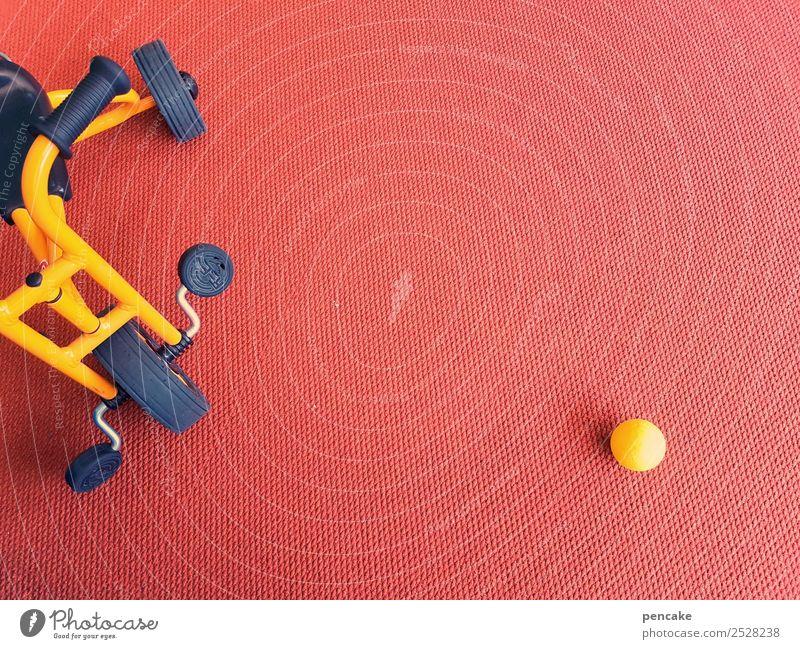 kita polo Freizeit & Hobby Spielen Fahrradfahren fangen Sport Kindheit Ball Dreirad Gelbstich rot Kindergarten Farbfoto Innenaufnahme Nahaufnahme Detailaufnahme