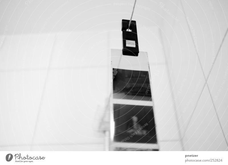 Rollfilm Lifestyle Freizeit & Hobby Kunst alt schwarz weiß Filmmaterial analog Fotokamera trocknen entwickeln Negativ 6x6 Mittelformat Fotolabor Bad