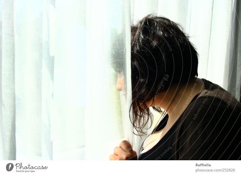aus den Augen... Junge Frau Jugendliche Kopf Haare & Frisuren Gesicht Nase Brust 18-30 Jahre Erwachsene Jacke Halskette schwarzhaarig kurzhaarig beobachten