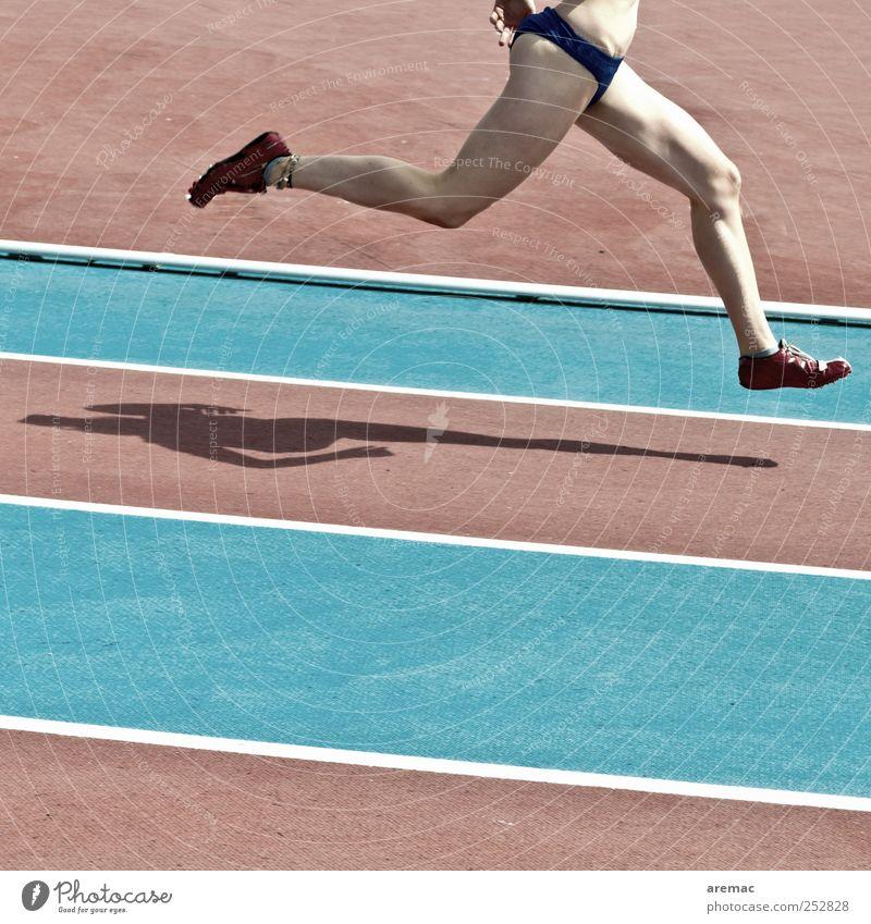 Sauseschritt Frau Mensch Jugendliche blau rot feminin Sport Erwachsene Bewegung Beine Fuß laufen Geschwindigkeit Laufsport Ziel