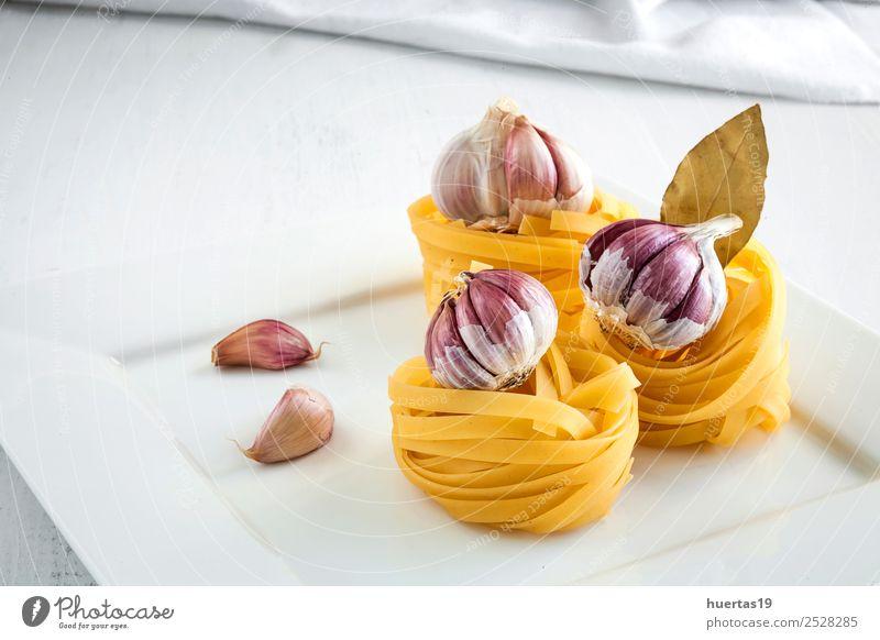 Italienische rohe Nudeln Lebensmittel Milcherzeugnisse Gemüse Italienische Küche Geschirr Teller Gesunde Ernährung gelb grün Spaghetti Fettuccin Tagliatelle