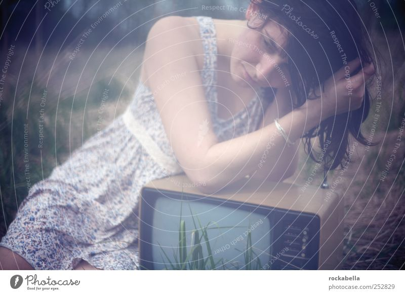 kanal gras. Frau Mensch Jugendliche schön Erwachsene feminin authentisch einzigartig 18-30 Jahre Kleid Fernseher brünett Junge Frau langhaarig schwarzhaarig