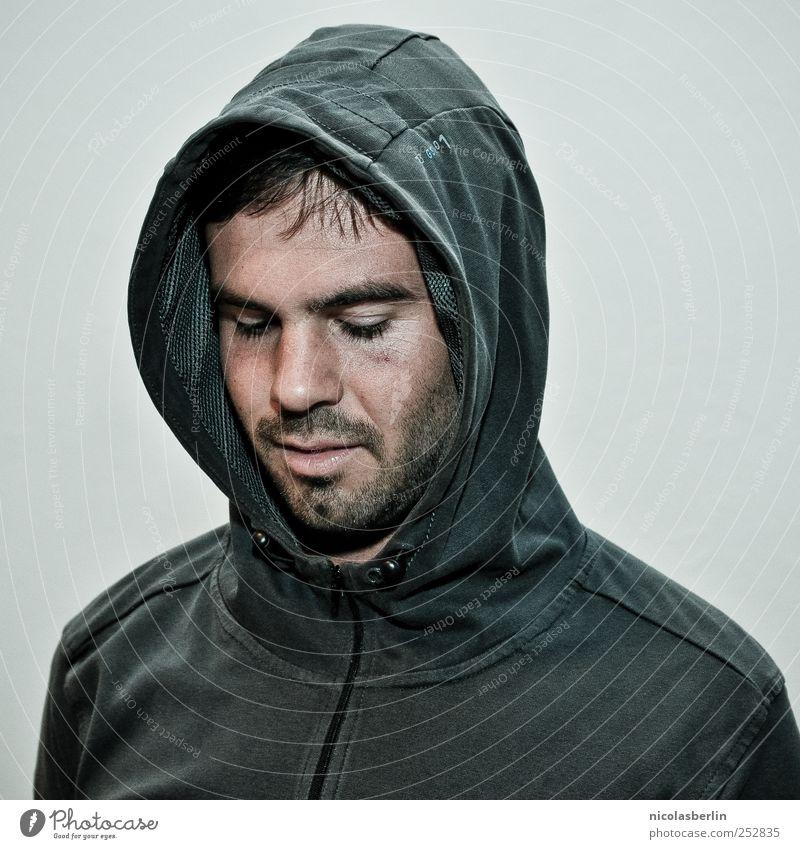 Montags Portrait 09 Stil maskulin Junger Mann Jugendliche 1 Mensch 18-30 Jahre Erwachsene Bekleidung Jacke Mütze Kapuze Kapuzenjacke schwarzhaarig Bart