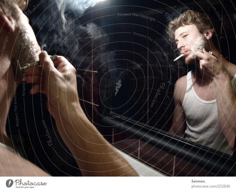 vor dem frühstück Mensch Mann Jugendliche Erwachsene maskulin Perspektive Rauchen Bad 18-30 Jahre Spiegel Gelassenheit Rauch Zigarette Rauschmittel Körperpflege Sucht