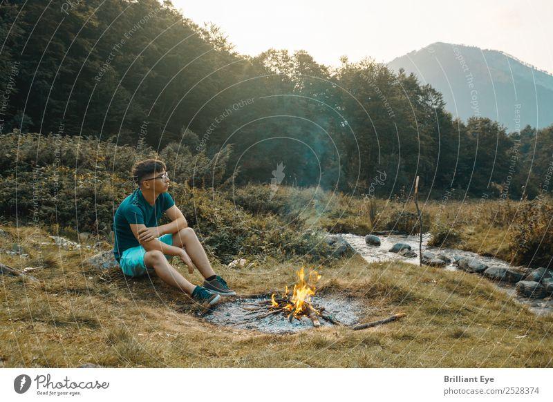 Lagerfeuer Melancholie Lifestyle Camping maskulin Junger Mann Jugendliche 1 Mensch 13-18 Jahre Natur Wärme Wiese Bach Fluss Denken sitzen einfach Gefühle