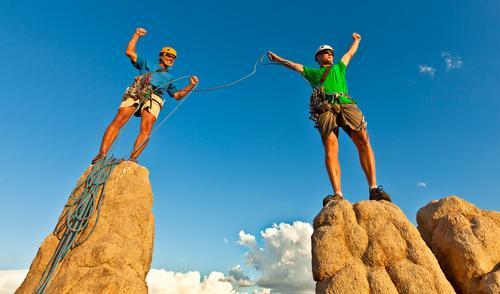 Klettergruppe, die auf dem Gipfel steht. Sport Klettern Bergsteigen Erfolg Seil Mann Erwachsene 2 Mensch 30-45 Jahre Helm sportlich Begeisterung selbstbewußt