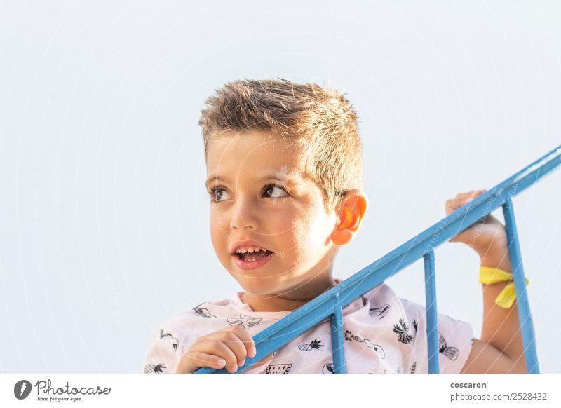 Kleiner Junge, der sich auf ein Geländer in einem weiß-blauen Dorf stützt. Lifestyle Freude Glück schön Gesicht Ferien & Urlaub & Reisen Sommer Sommerurlaub