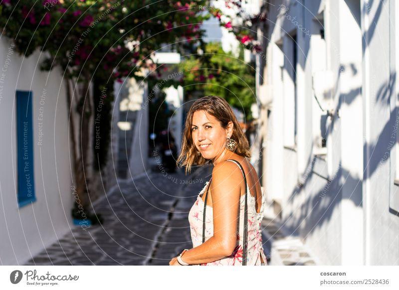 Mittelalterliche Frau auf den Straßen eines griechischen Dorfes Lifestyle Glück schön Ferien & Urlaub & Reisen Tourismus Sommer Sommerurlaub Insel Haus