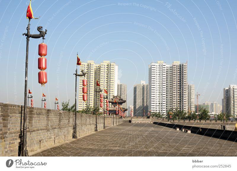 Himmel alt blau weiß Stadt rot Ferien & Urlaub & Reisen Landschaft Architektur grau Gebäude Lampe Park braun Wohnung