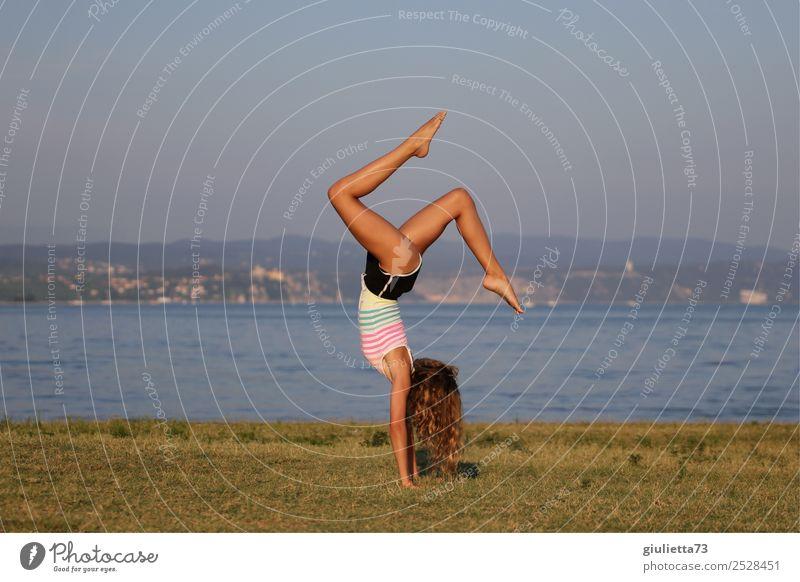 Yoga handstand at the beach feminin Mädchen Junge Frau Jugendliche Leben 1 Mensch 8-13 Jahre Kind Kindheit 13-18 Jahre Sommer Wiese Strand Meer Bewegung