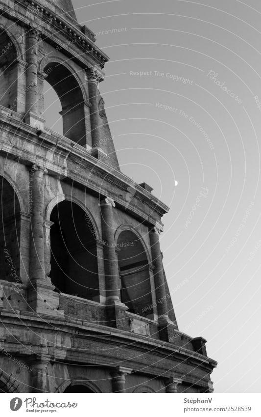 Kolosseum in Rom Ferien & Urlaub & Reisen Tourismus Sightseeing Städtereise Sommer Sommerurlaub Architektur Kultur Wolkenloser Himmel Mond Italien Europa Stadt