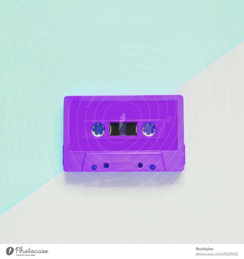 Flaches, flach liegendes, farbenfrohes Retro-Kassettenband Stil Design Entertainment Musik Medien Kunststoff alt hören retro blau schwarz Farbe Nostalgie