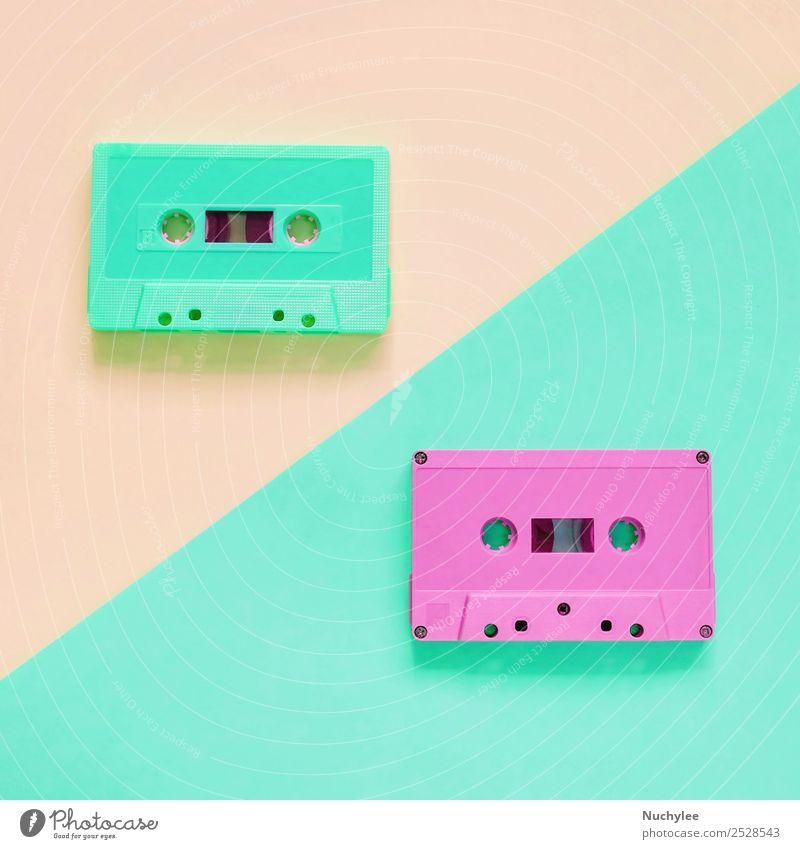 Flaches, flach liegendes, farbenfrohes Retro-Kassettenband Stil Design Entertainment Musik Medien Kunststoff alt hören retro gelb grün rosa schwarz Farbe