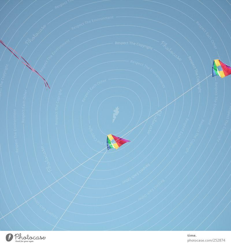 flatterhaftes Vergnügen Mensch Himmel blau Freude Erholung Freiheit Luft Freizeit & Hobby fliegen frei Seil festhalten Kunststoff Spielzeug Schweben Lenkdrachen