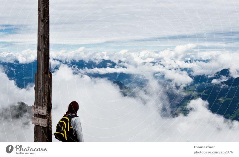Über den Wolken Frau Mensch Himmel blau weiß Ferien & Urlaub & Reisen Einsamkeit Ferne Herbst Freiheit Berge u. Gebirge Landschaft Erwachsene Luft Horizont