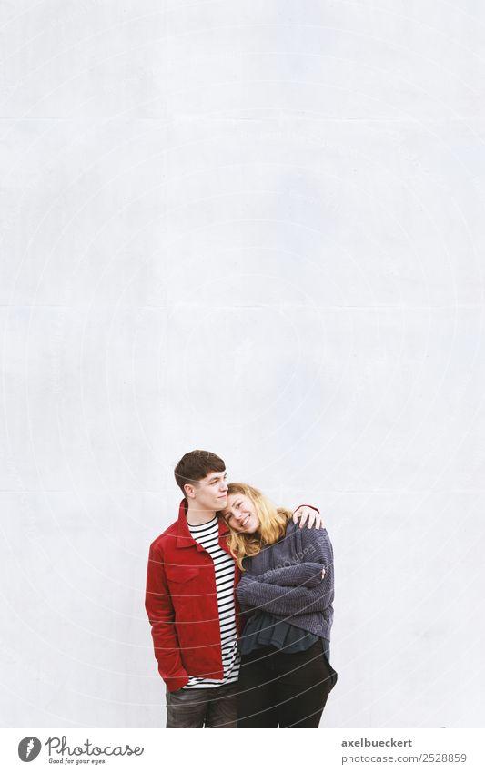 junges liebevolles Paar vor der Betonwand stehend Lifestyle Freude Mensch Junge Frau Jugendliche Junger Mann Erwachsene Freundschaft 2 18-30 Jahre Mauer Wand