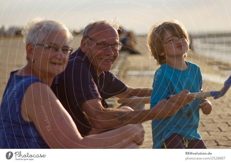 Familie mit Oma Opa Kind am Meer Ferien & Urlaub & Reisen Sommer Sommerurlaub Strand Mensch maskulin feminin Junge Weiblicher Senior Frau Männlicher Senior Mann
