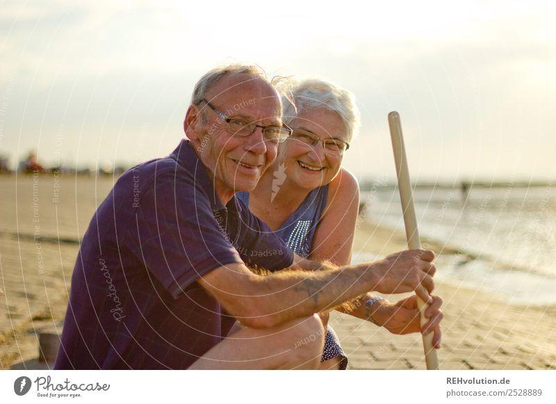Lachendes Rentnerpärchen am Meer Frau Mensch Ferien & Urlaub & Reisen Mann Sommer Erholung ruhig Strand Leben Gesundheit Liebe Senior feminin