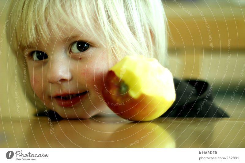 apple a day keeps the doctor away Mensch Mädchen gelb Glück Essen glänzend frisch Fröhlichkeit Kleinkind Kind 1-3 Jahre