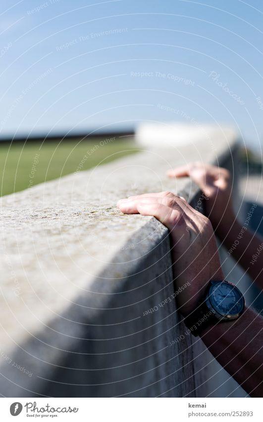 Die Mauer halten Mensch maskulin Mann Erwachsene Leben Hand Finger 1 45-60 Jahre Park Wiese Wand Accessoire Armbanduhr Betonwand berühren festhalten Am Rand