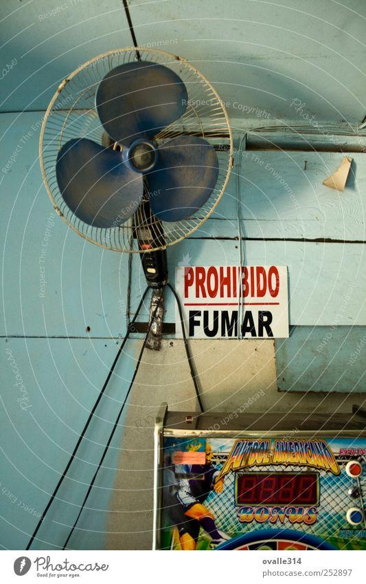 Prohibido Fumar Rauchen Mauer Wand Holz Kunststoff Zeichen Schriftzeichen Hinweisschild Warnschild lesen Spielen alt dreckig einfach Billig kaputt blau