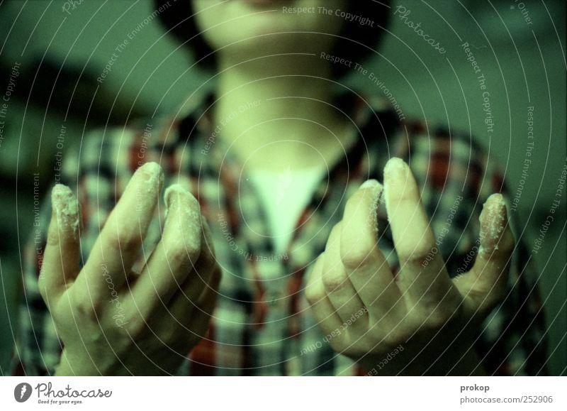 In der Backstube Mensch Frau Hand schön Erwachsene Ernährung Arbeit & Erwerbstätigkeit dreckig Finger retro Kochen & Garen & Backen Küche Hemd zeigen Teigwaren
