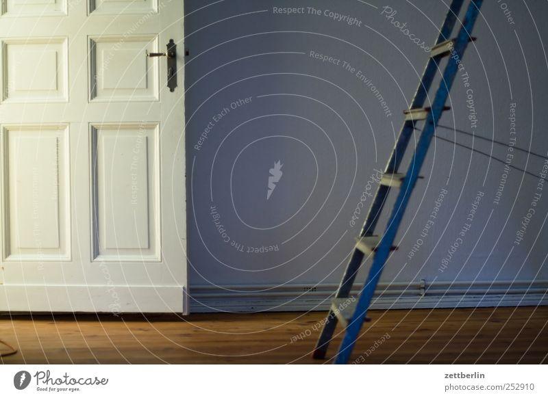 Tür und Leiter Haus dunkel Wand Mauer Raum Wohnung geschlossen Innenarchitektur Häusliches Leben Baustelle Dekoration & Verzierung streichen
