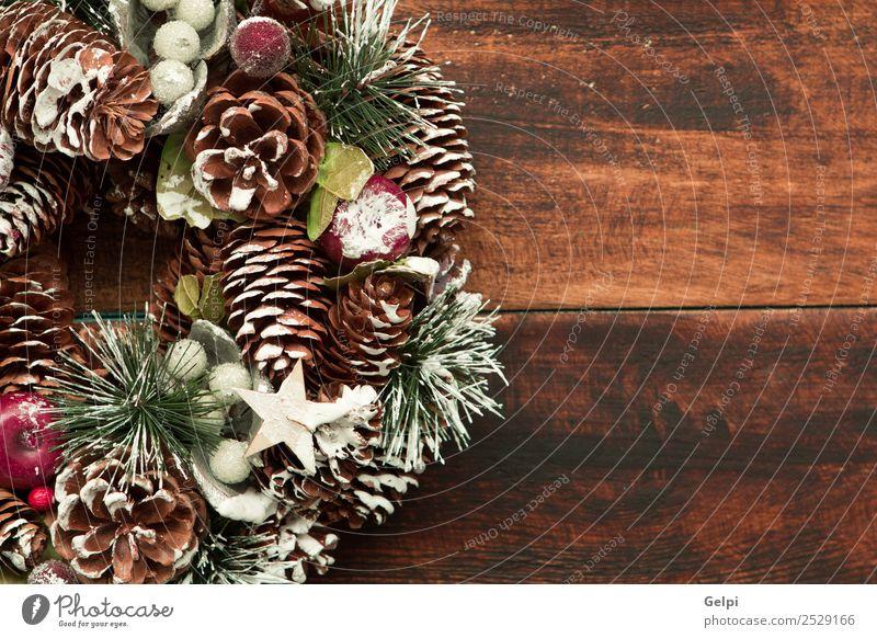 Zarter Weihnachtskranz aus Kiefernzapfen auf Holzuntergrund Frucht Apfel schön Winter Schnee Dekoration & Verzierung Feste & Feiern Weihnachten & Advent