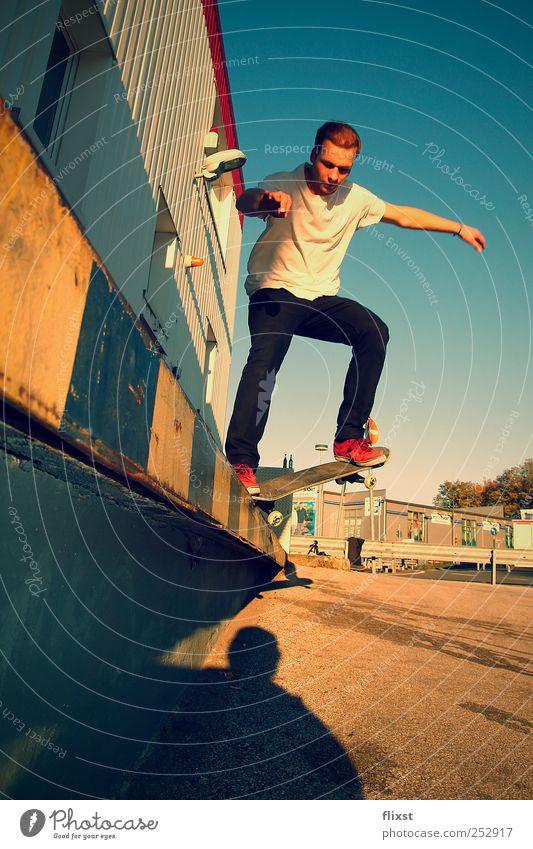 summer action Mensch Jugendliche Sommer Erwachsene maskulin Skateboarding 18-30 Jahre Schönes Wetter Skateboard Parkplatz Begeisterung Junger Mann