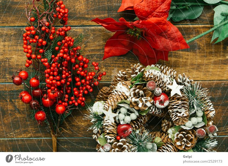 Zarter Weihnachtskranz aus Kiefernzapfen auf Holzuntergrund Frucht Apfel Reichtum Design Winter Schnee Dekoration & Verzierung Feste & Feiern