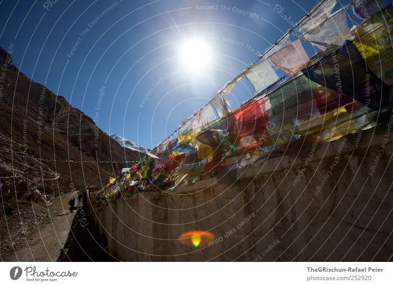 Gebetsfahnen Himmel blau rot Ferne schwarz gelb Berge u. Gebirge Religion & Glaube braun Tourismus wandern heilig Kloster Himalaya Nepal