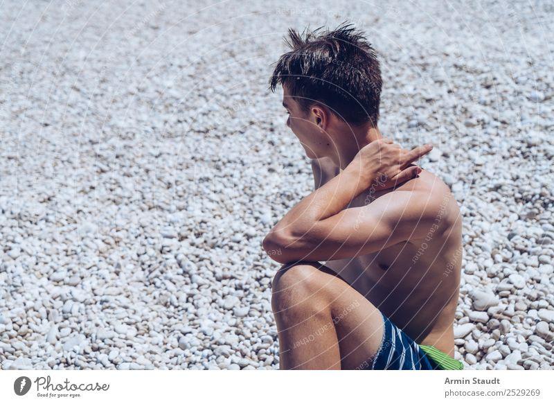 Porträt Steinstrand Mensch Ferien & Urlaub & Reisen Jugendliche Mann Junger Mann Meer Erholung ruhig Freude Strand Lifestyle Erwachsene Leben Stil Tourismus