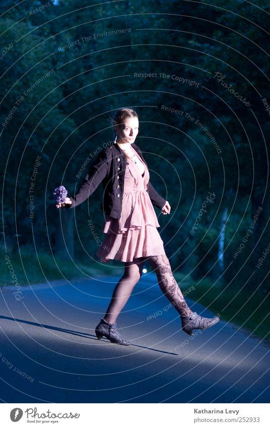 schiefe Bahn Lifestyle Freude Zufriedenheit ausgehen Mensch feminin Frau Erwachsene 1 30-45 Jahre Mode Kleid Jacke Strumpfhose Zopf frei Unendlichkeit hell