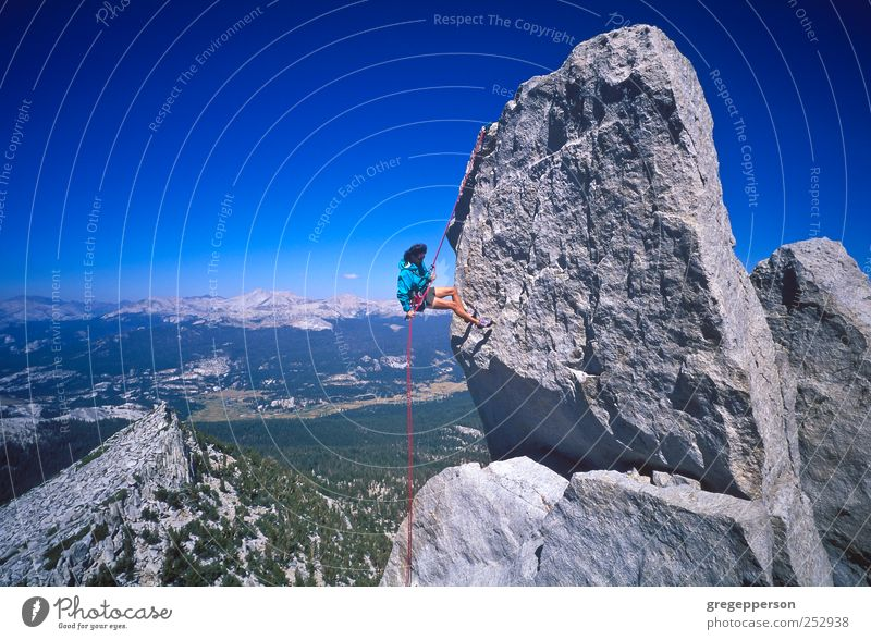 Weibliche Klettererin beim Abseilen. Leben Abenteuer Sport Klettern Bergsteigen Seil Frau Erwachsene 1 Mensch sportlich Lebensfreude Tapferkeit selbstbewußt
