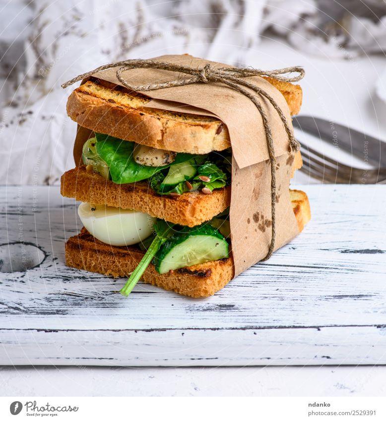 Sandwich von French Toast Fleisch Gemüse Salat Salatbeilage Brot Frühstück Mittagessen Abendessen Vegetarische Ernährung Tisch frisch lecker braun grün weiß