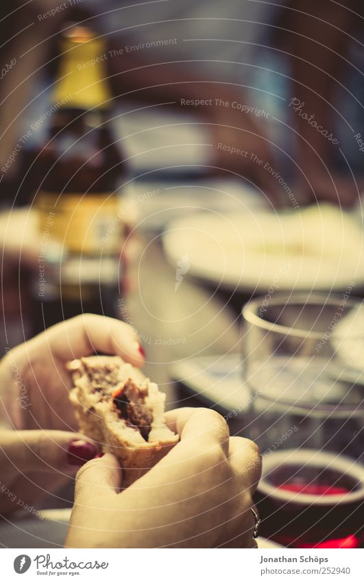 Burger! Erholung Hand Essen Feste & Feiern Lebensmittel Stimmung Freundschaft Glas Ernährung Tisch genießen Getränk Wein Bier Flasche Abendessen