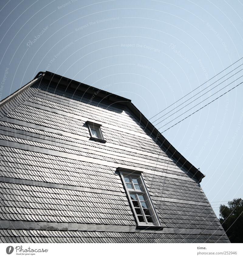 bessere Hälfte Himmel Haus Fenster grau glänzend Fassade Energiewirtschaft Kabel Stahlkabel parallel Leitung Optimismus Wohnhaus Altbau Dachziegel Stromverbrauch