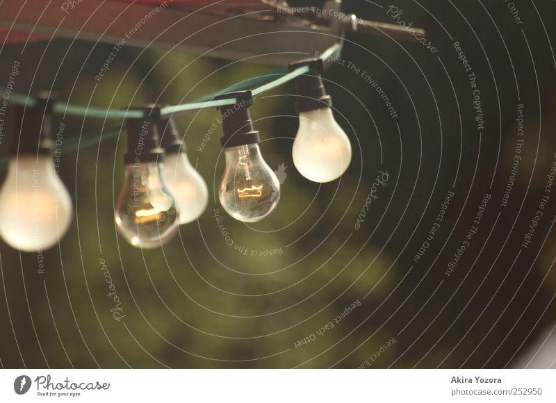 Doppelter Durchblick Kabel Glühbirne Technik & Technologie Energiewirtschaft leuchten alt hell retro gelb grün rot weiß Farbfoto Außenaufnahme Detailaufnahme