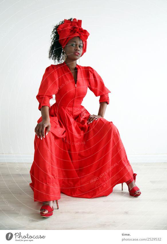 Apolline Frau Mensch schön rot Erwachsene Leben feminin Haare & Frisuren Raum elegant Kraft sitzen ästhetisch beobachten Coolness festhalten