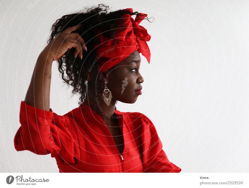 Apolline feminin Frau Erwachsene 1 Mensch Kleid Ohrringe Kopftuch Haare & Frisuren brünett langhaarig Locken beobachten berühren Bewegung Denken festhalten
