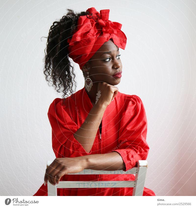 Apolline Stuhl feminin Frau Erwachsene 1 Mensch Kleid Ohrringe Kopftuch Haare & Frisuren brünett langhaarig Locken beobachten Denken festhalten Blick sitzen
