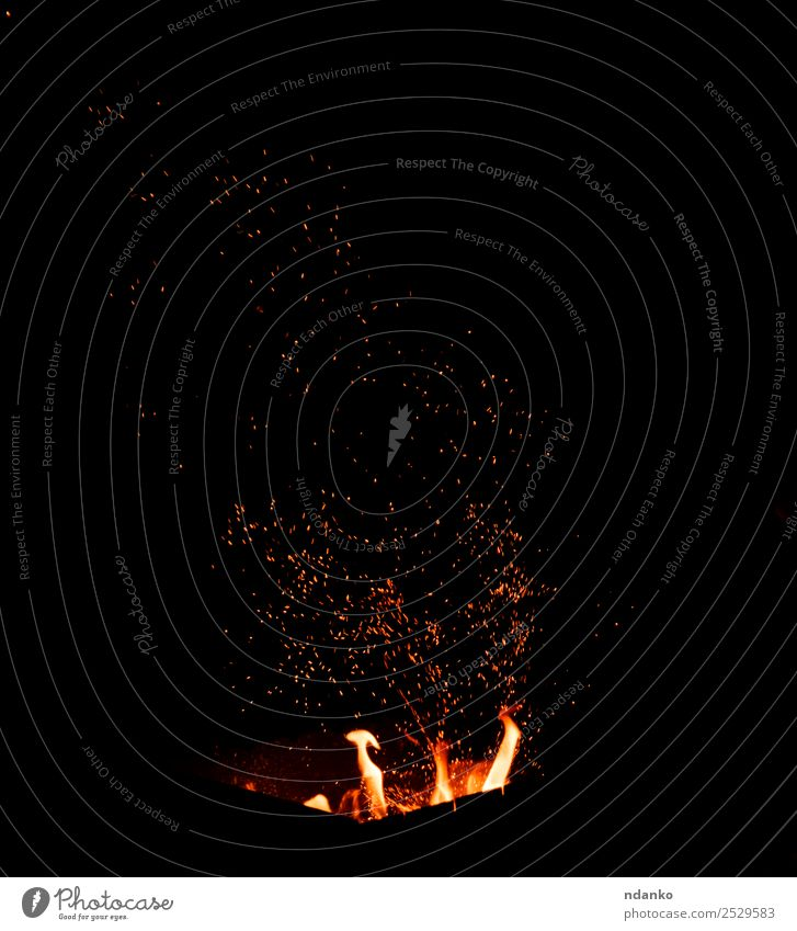 brennendes Feuer Rauch leuchten heiß hell gelb rot schwarz Energie Farbe Flamme Hintergrund Funken orange Grillrost glühen erwärmen glühend Brandwunde feurig
