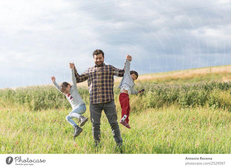 Eine Familie aufziehen Lifestyle Spielen Mann Erwachsene Eltern Vater Familie & Verwandtschaft 3 Mensch 1-3 Jahre Kleinkind 3-8 Jahre Kind Kindheit 30-45 Jahre