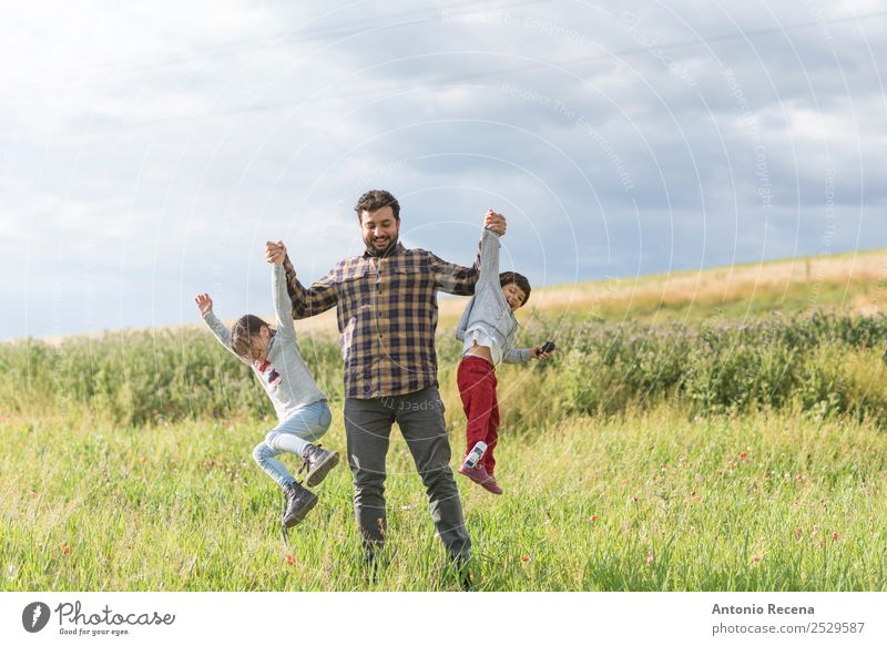 Kind Mensch Mann Blume Lifestyle Erwachsene Familie & Verwandtschaft Gras Spielen Zusammensein PKW Kindheit Spielzeug Kleinkind Eltern Vater