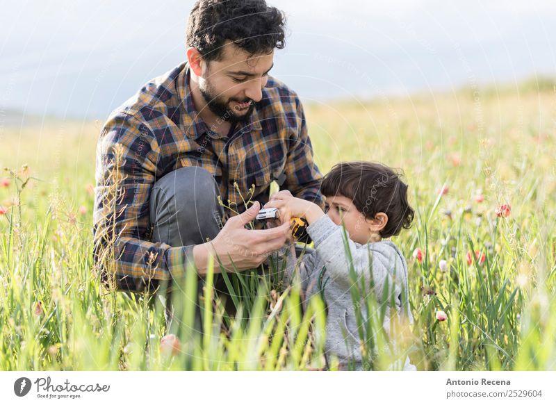 Auto spielen Lifestyle Spielen Mann Erwachsene Eltern Vater Familie & Verwandtschaft 2 Mensch 1-3 Jahre Kleinkind 30-45 Jahre Blume Gras PKW Spielzeug