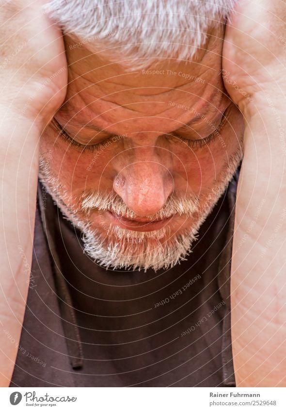 ein Mann stützt den Kopf in seine Hände Mensch maskulin Erwachsene Männlicher Senior 1 grauhaarig kurzhaarig alt sitzen Traurigkeit authentisch Einsamkeit