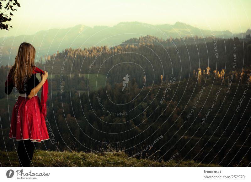 weitblick Mensch Frau Natur Ferien & Urlaub & Reisen Jugendliche Junge Frau Erholung Landschaft Ferne Wald Umwelt Erwachsene Berge u. Gebirge Herbst Wiese feminin