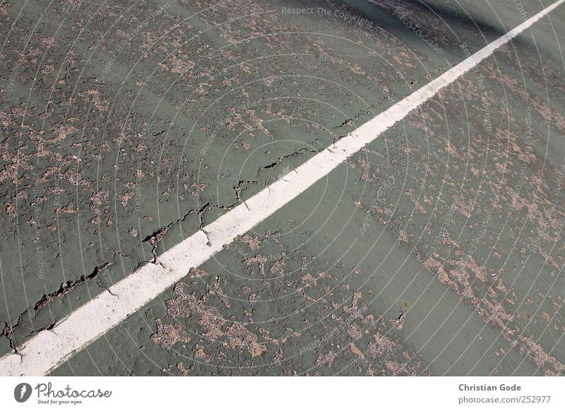 50/50 weiß grün Spielen Linie Freizeit & Hobby Beton Bodenbelag kaputt Ball diagonal Riss Fleck Sport-Training Hälfte Tennis gefleckt