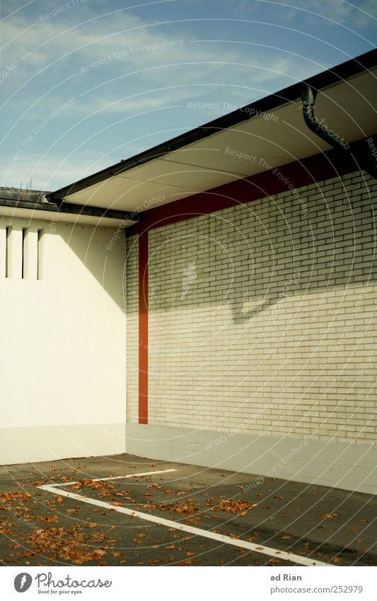 Die Ecke. Himmel Wolken Haus Wand Mauer Parkplatz Symmetrie