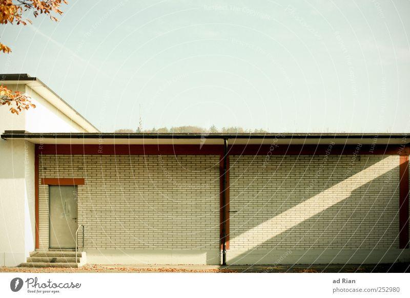 Die Wand. Himmel Wand Mauer Fassade Symmetrie Wolkenloser Himmel